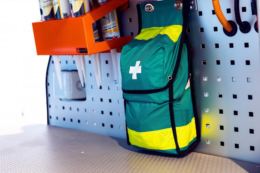 Erste-Hilfe-Set und Feuerlöscher für Ihr Arbeitsfahrzeug.